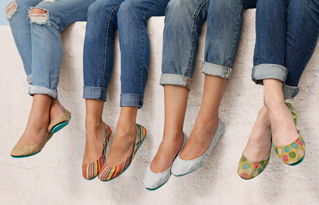 Для ансамблей с джинсами и балетками важно выбирать гармоничную форму носка обуви