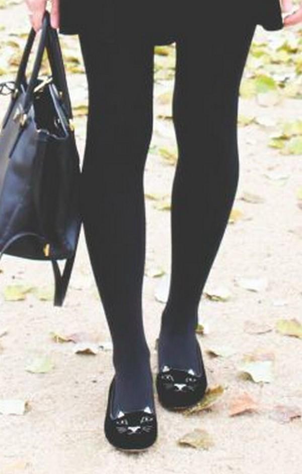 Плотные черные колготки вполне гармоничны в паре с бархатными балетками такого же цвета