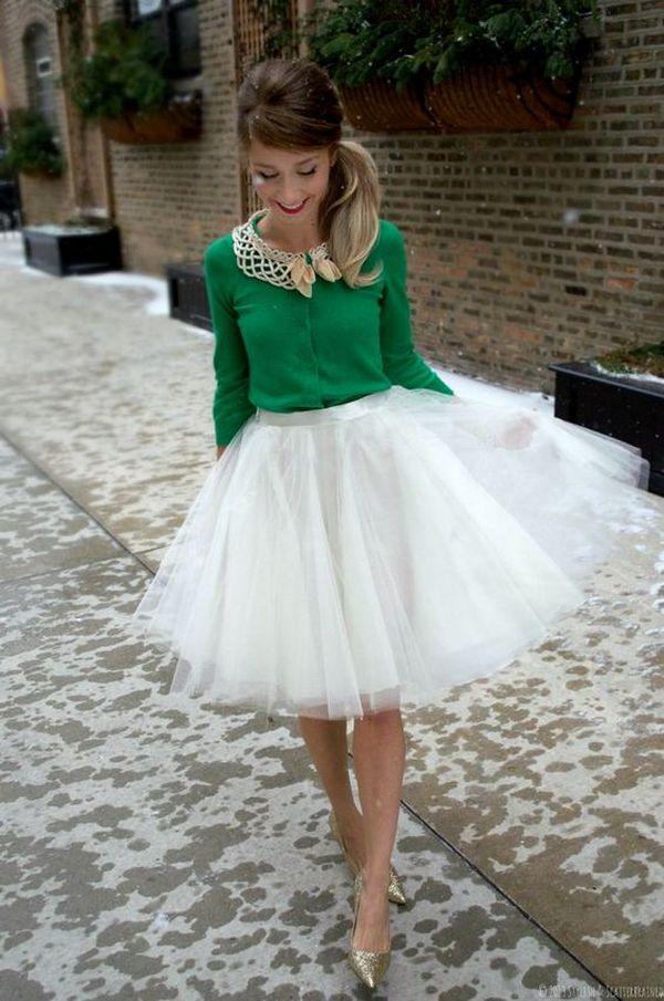 Идеальное трио – золотые балетки, изумрудно-зеленая кофточка и белая фатиновая юбочка
