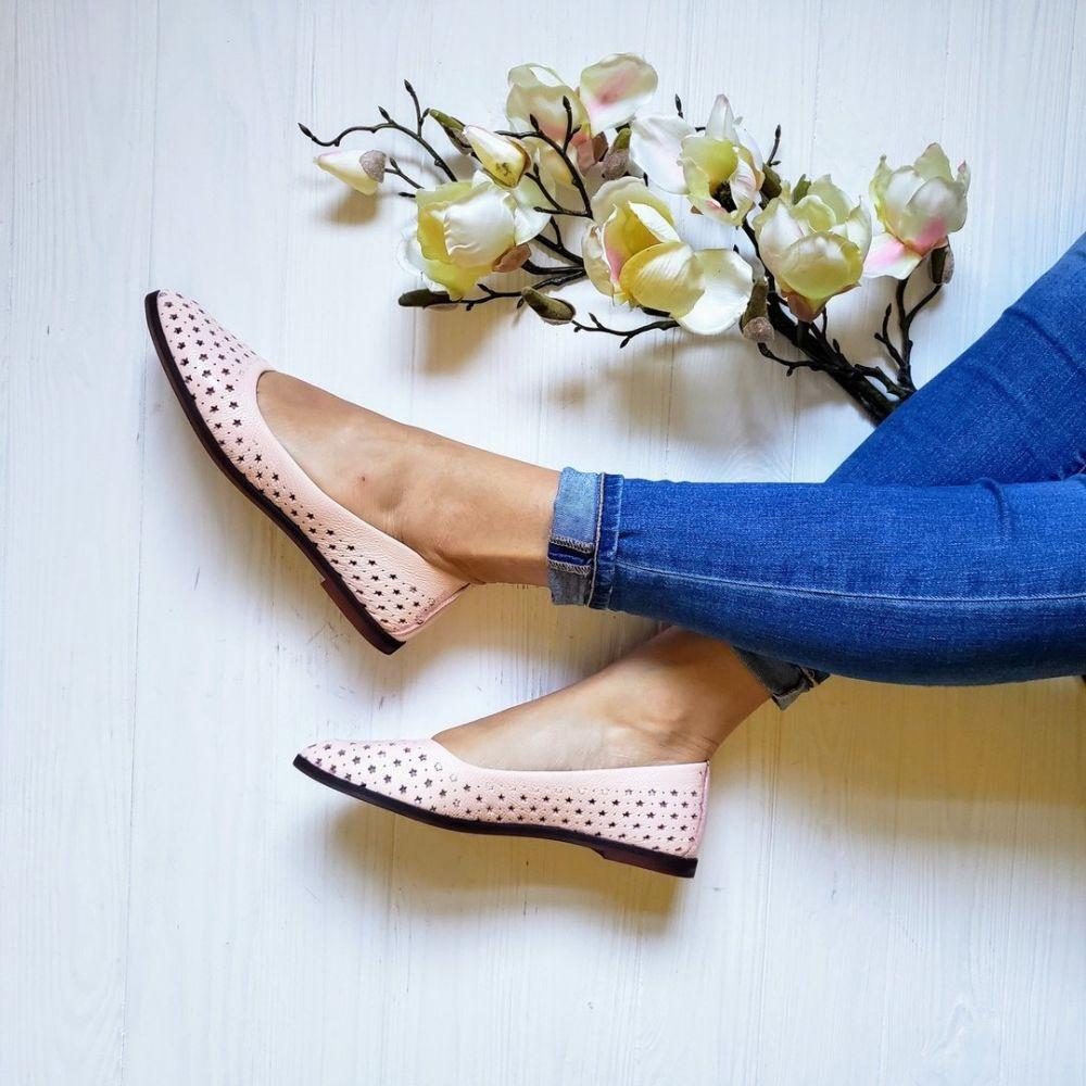 Кожаные перфорированные балетки пудрового оттенка – органичный штрих в ансамбле с темно-синими джинсами