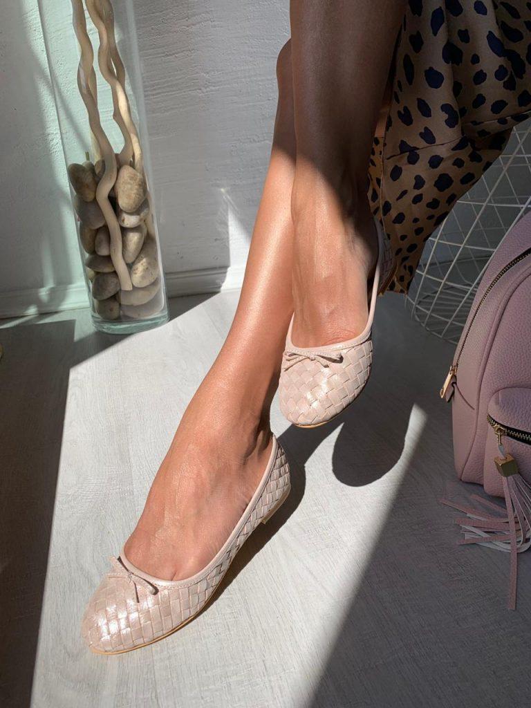 Пудровые балетки и платье с леопардовым принтом – романтичная капсула для похода на свидание
