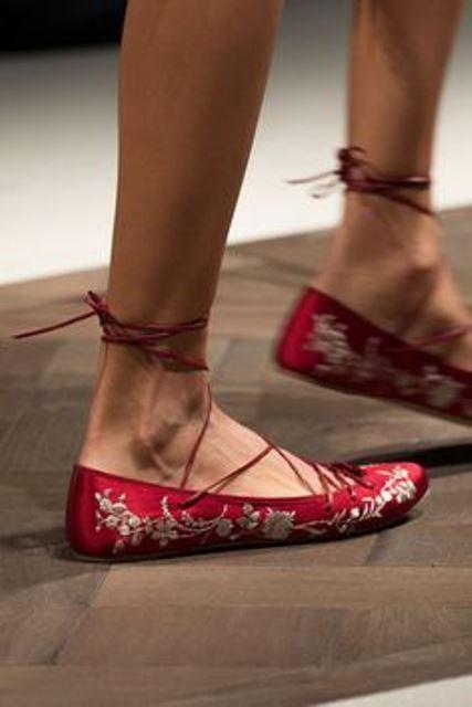 Красные балетки с бежевым принтом – креативная находка дизайнеров