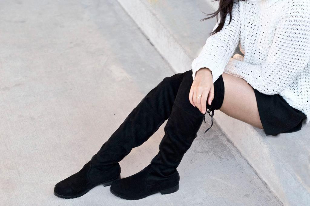 Замшевые ботфорты без каблука и свободные шорты – универсальный лук в городском стиле