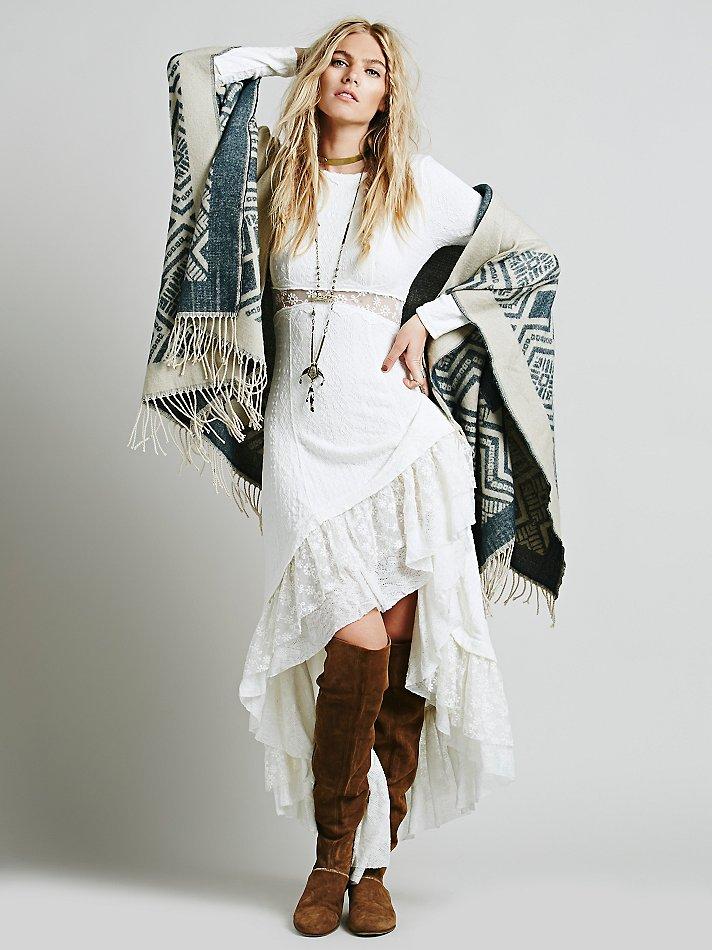 Темно-бежевые замшевые ботфорты в ансамбле с нарядным платьем создают нетривиальный лук для нестатусного праздничного мероприятия