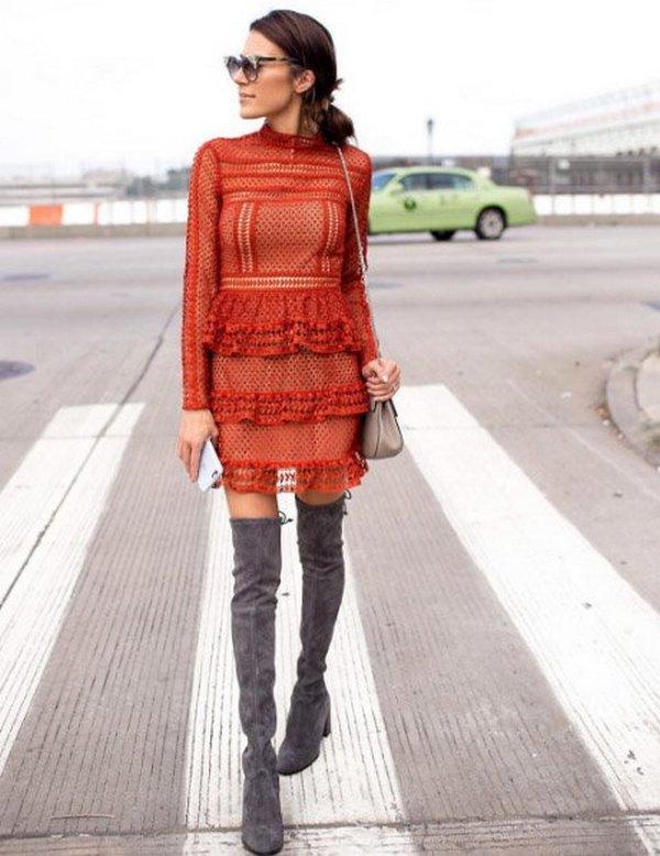 Гармоничный нарядный образ с прозрачным платьем и замшевыми ботфортами без каблука
