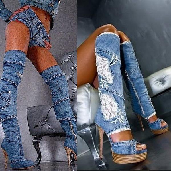 Дерзкий лук с джинсовыми ботфортами и укороченными шортами из такой же ткани