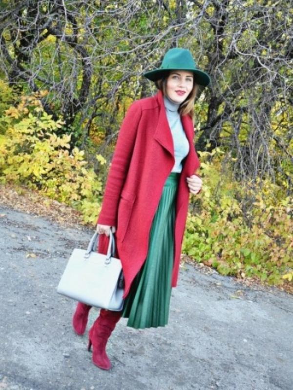 Особый шик и элегантность придадут бордовые ботфорты скромному луку с плиссированной юбкой-миди и водолазкой контрастного светло-зеленого цвета