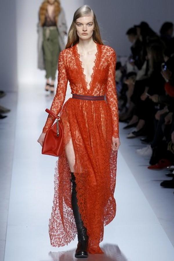 Лаковые черные ботфорты – стильное дополнение к красному вечернему платью из нежного гипюра