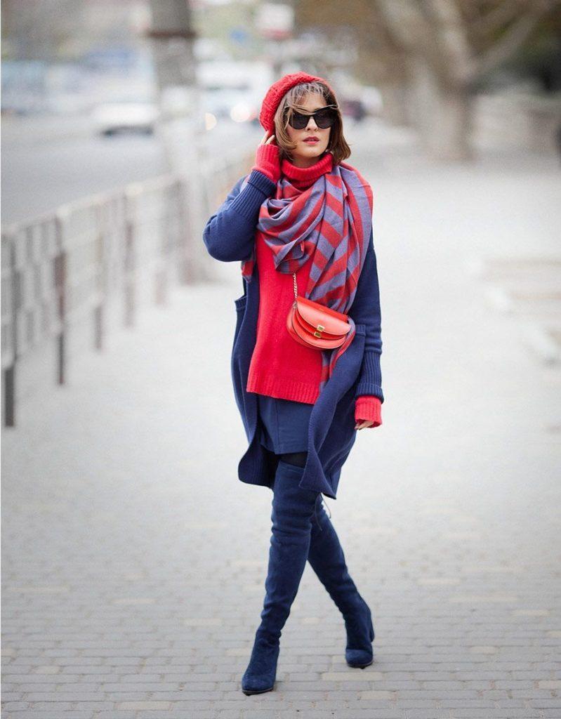 Броский синий делает возможным создавать с ботфортами такого цвета экстравагантные луки с контрастной одеждой красного цвета