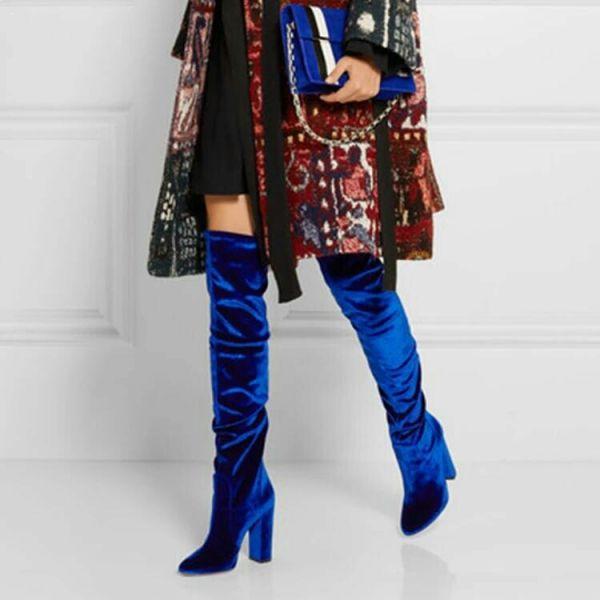 Лучший выбор одежды для нарядного лука с синими велюровыми ботфортами – многоцветная расшитая одежда и сумочка в тон