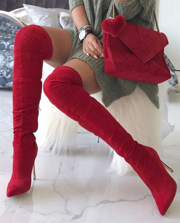 Беспроигрышный вариант аутфита с красными ботфортами – их сочетание с оливковым платьем крупной вязки и сумочкой одного с ними цвета и текстуры