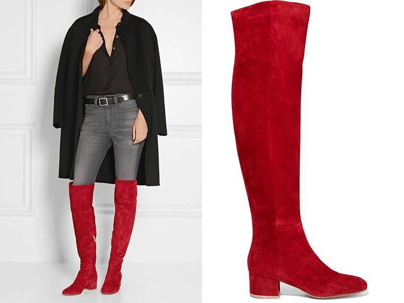 Серые узкие брюки, черная рубашка и укороченное пальто того же цвета – отличный фон для ботфортов красного цвета