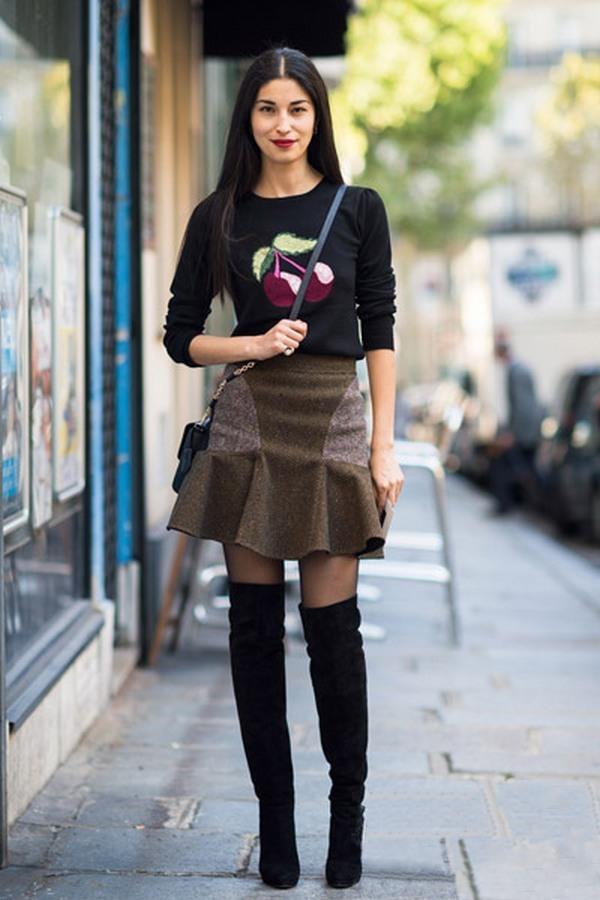Расклешенная юбка и замшевые ботфорты на каблуке – гармоничная капсула для работы в офисе и городских прогулок