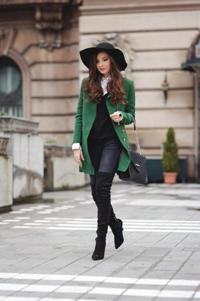 Замшевые сапоги на каблуке – стильный элемент капсулы для осени в ансамбле с мягким пальто нараспашку
