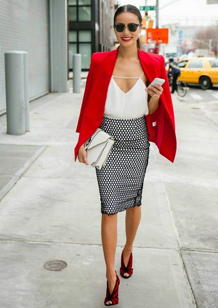 Яркий лук с красным пиджаком под черно-белую миди-юбку уместен для эффектных дневных выходов.