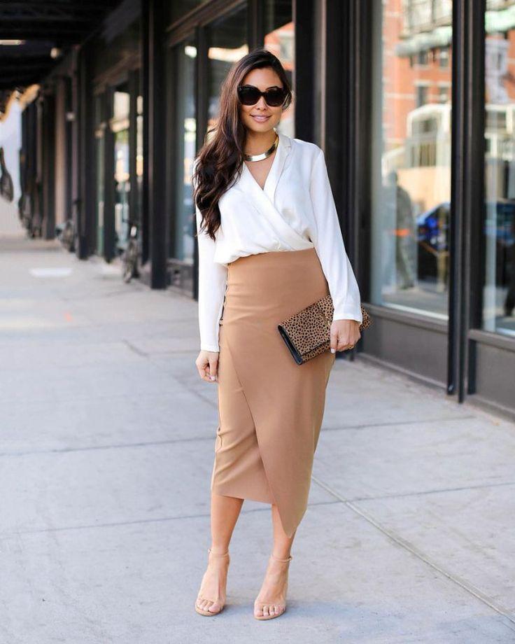 Популярный лук с бежевой юбкой на запах и белой блузкой смотрится эффектно и элегантно.