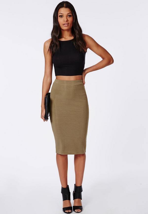 Простая классика - трикотажная юбка цвета мокко отлично смотрится с черным топом и аксессуарами.