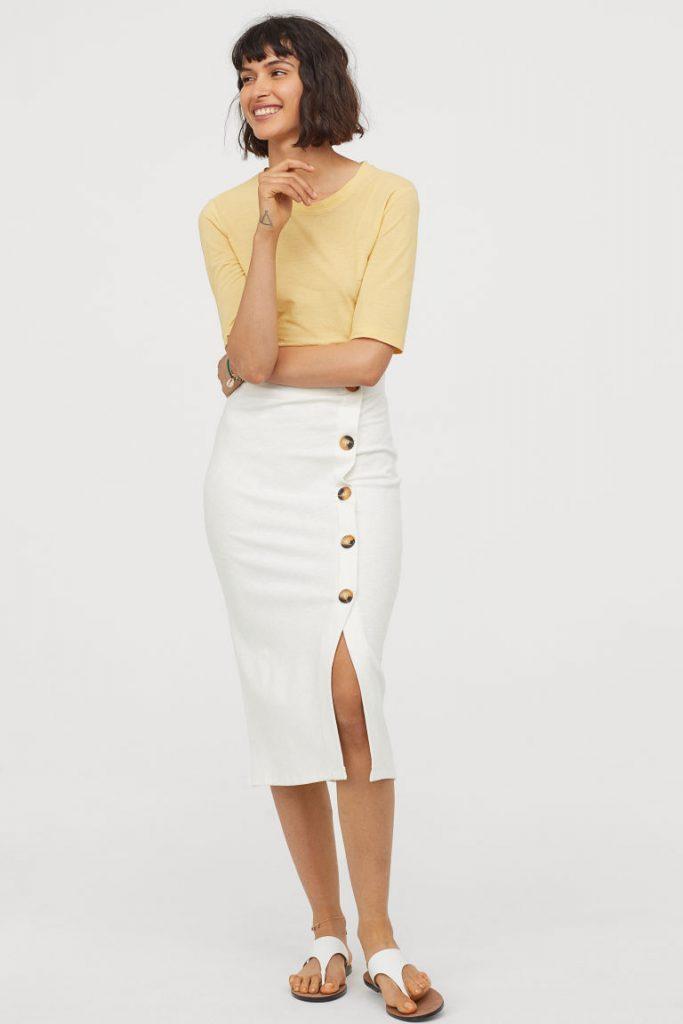 Трикотажные юбки карандаш с пуговицами выглядят очень элегантно и необычно.