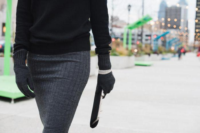 Черно-серый лук с вязанойюбкой смотрится очень женственно и элегантно.