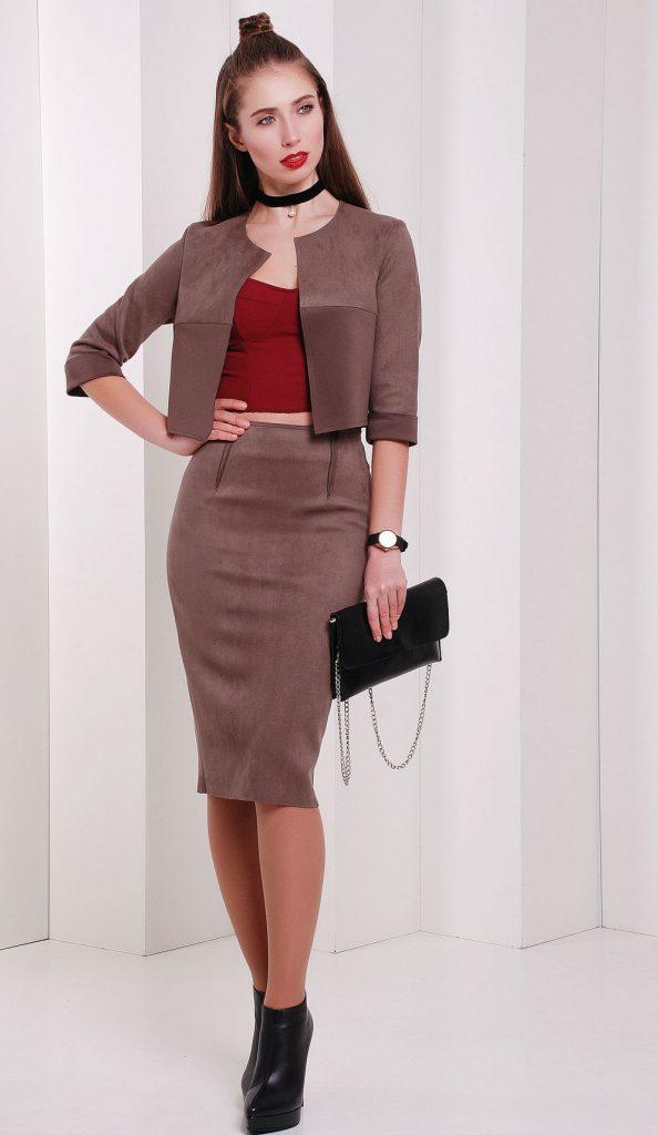 Замшевая юбка карандаш отлично смотрится с бордовым топом и черными аксессуарами.