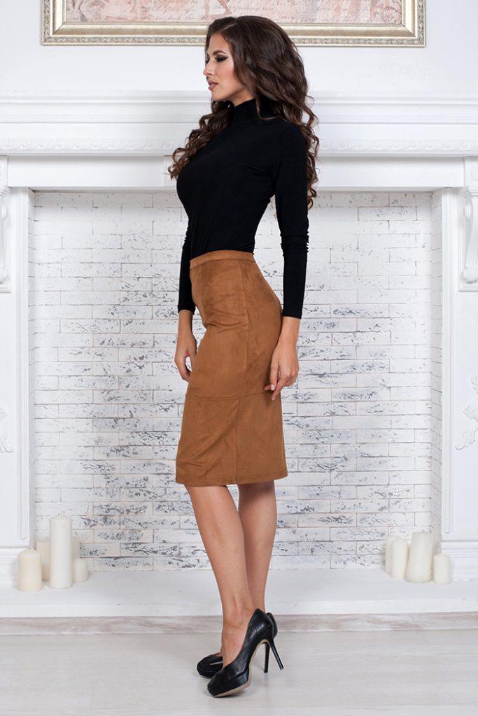 Замшевая юбка горчичного цвета отлично подчеркнет фигуру в сочетании с черной водолазкой и туфлями на каблуке.