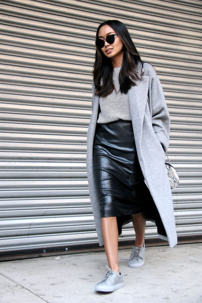 Осенний повседневный лук с черной юбкой карандашом и пальто.
