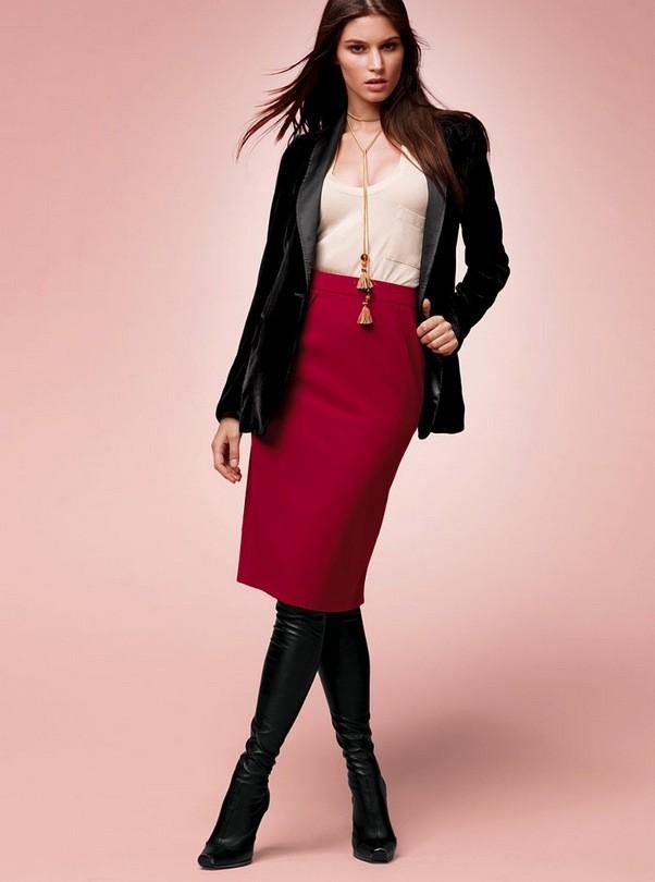Удлиненный пиджак-пальто отлично дополнит красно-белый лук с юбкой карандаш.