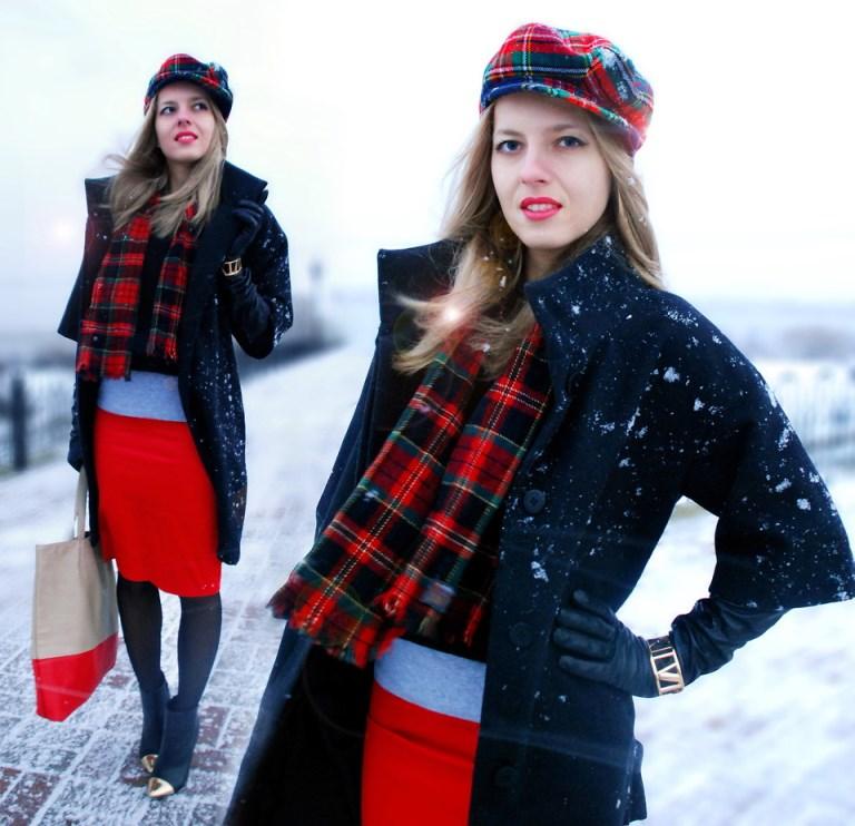 Черно-красный осенний ансамбль на основе юбки карандаш с черным пальто обладает истинным французским шармом.