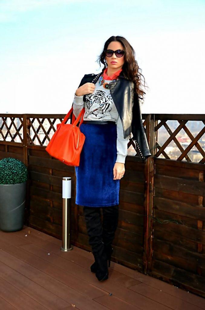 Яркие аксессуары помогут подчеркнуть элегантность синей юбки-карандаш.