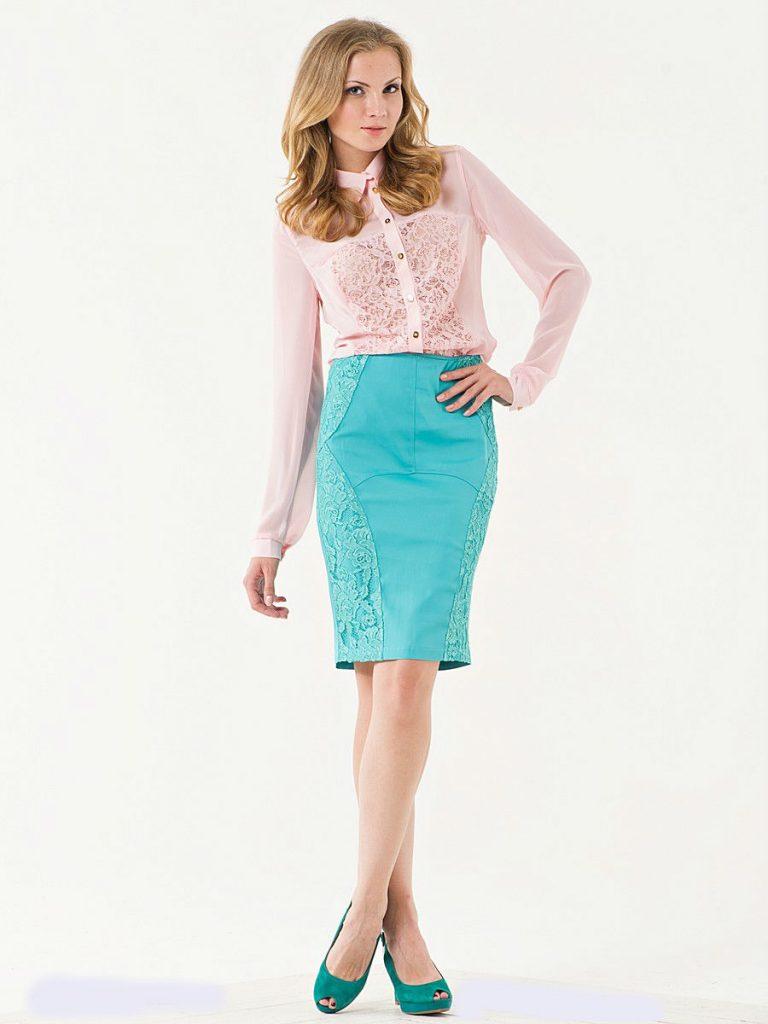 Летний лук с нежно-розовой блузой и бирюзовой юбкой карандаш уместен для дневного и романтичного выхода.