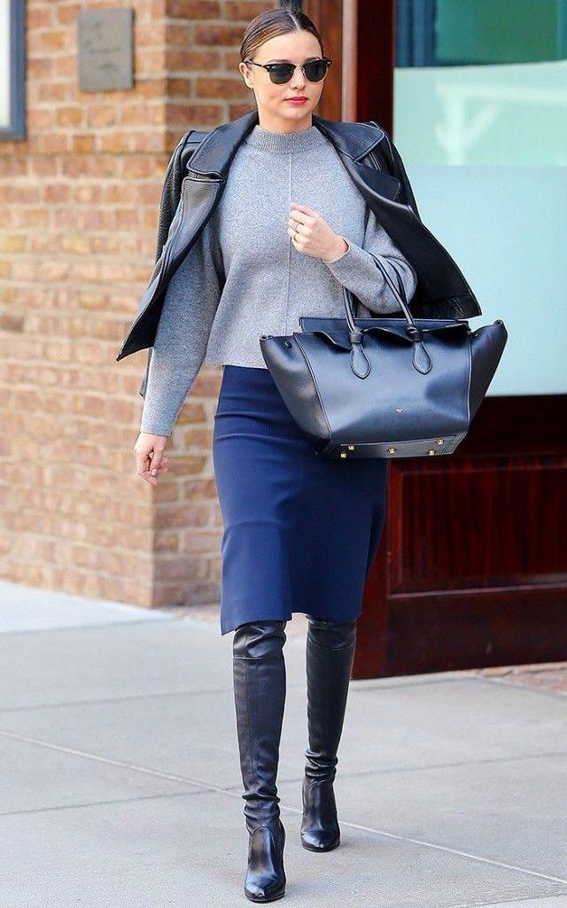 Синий тотал лук с юбкой карандашом и сапогами смотрится модно и изящно.