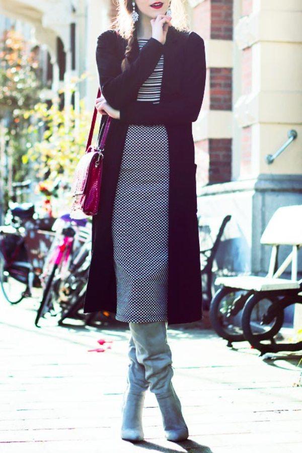 Серые сапоги с широким голенищем отлично дополняют юбку-карандаш, подчеркивая стройность ног.