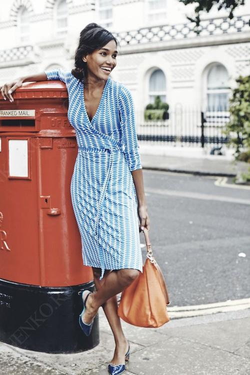 бело-голубое платье с запахом