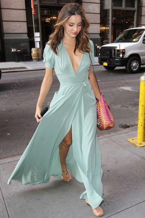 нежно-голубое платье с запахом