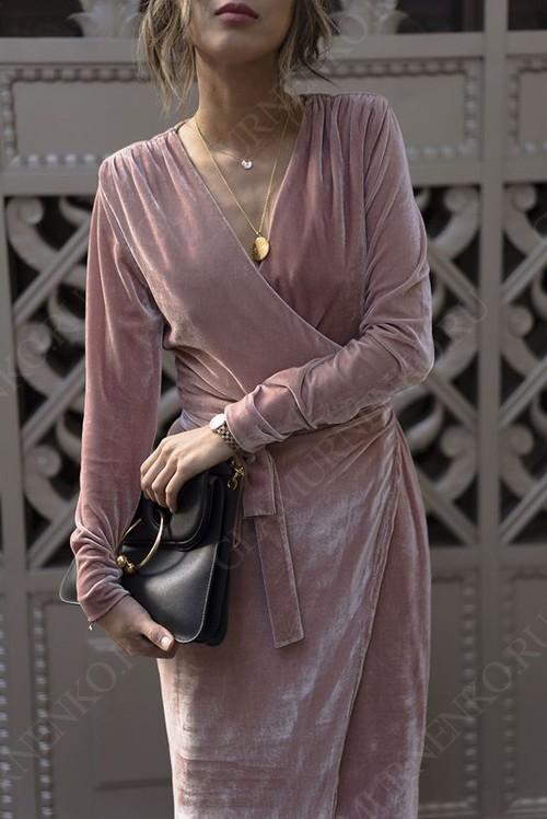 велюровое нежно-розовое платье с запахом