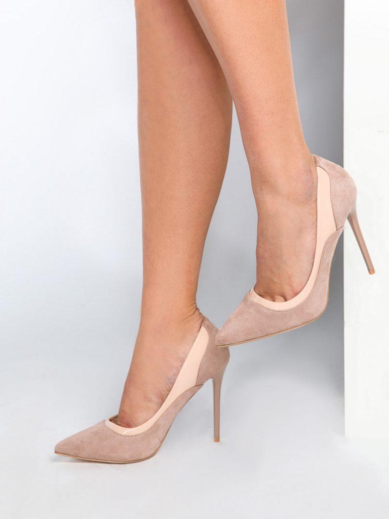 Бежевые туфли на каблуке всегда придают ножке изящества