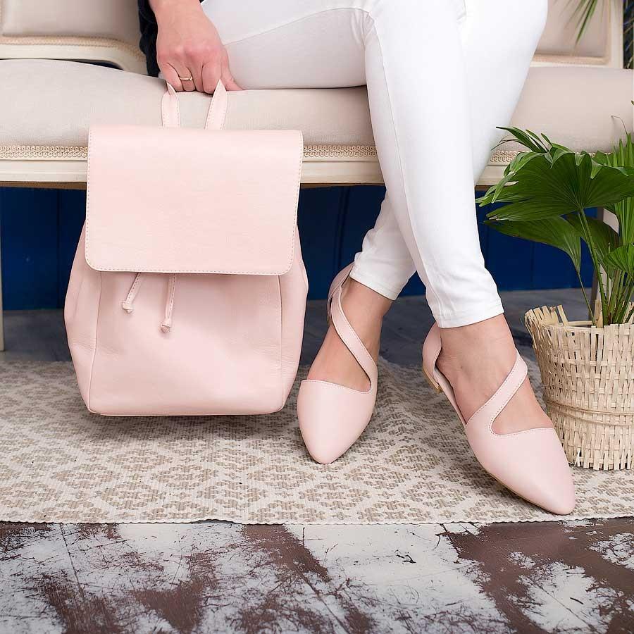 Бежевые балетки на плоском ходу идеальны в сочетании с рюкзаками и другими «прогулочными» аксессуарами.