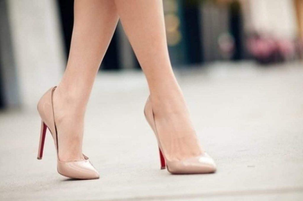 Классические бежевые туфли придают походке легкости
