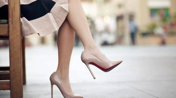 Розовый подтон туфлей сделает ногу визуально миниатюрной