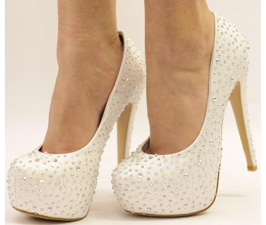 Туфли со стразами выглядят очень эффектно и всегда привлекают внимание к своей обладательнице.