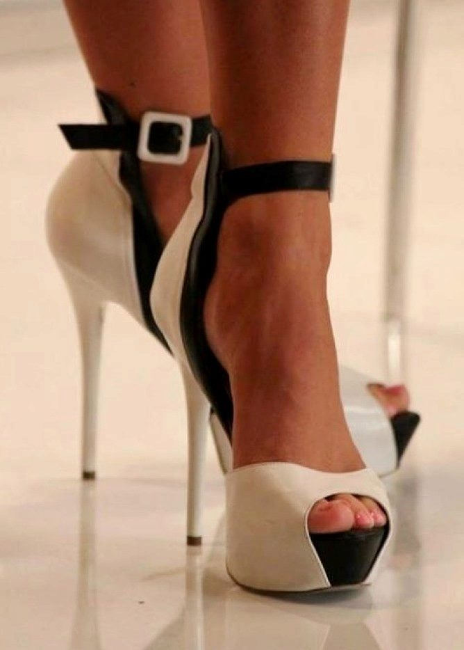 Светлые туфли с открытым носком прекрасно подчеркивают красивый педикюр и загар.