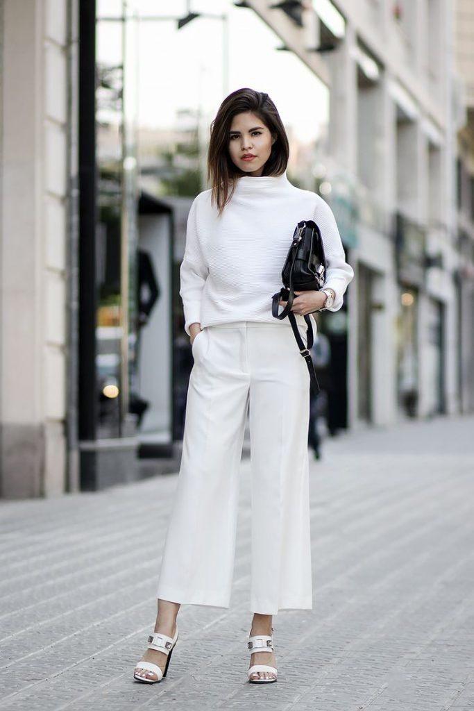 Белый ансамбль со светлыми туфлями и контрастной сумочкой – это свежее летнее решение.