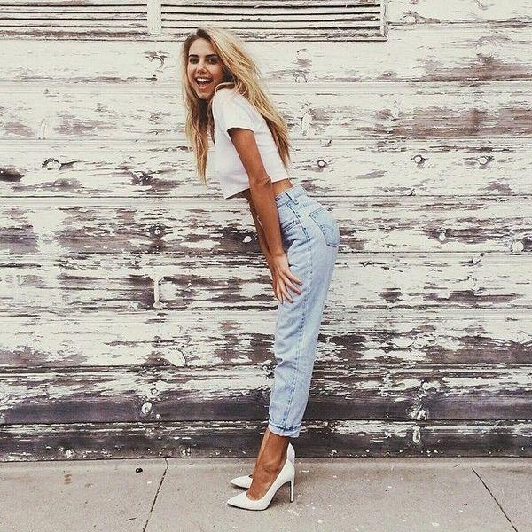 Светлыми классическими туфлями можно подчеркнуть женственность любого образа, даже с джинсами-бойфрендами.