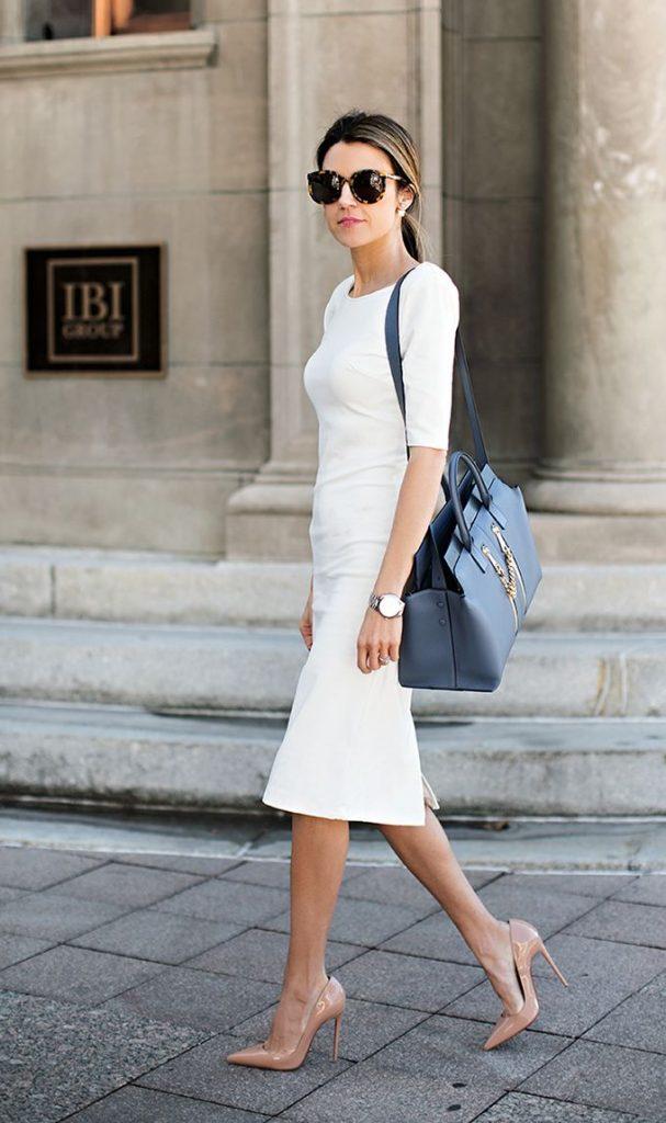 Сделать образ с белым платьем изысканным помогут бежевые лодочки на шпильке.