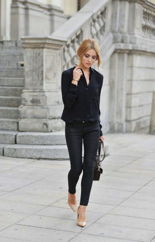 Черный тотал лук с бежевыми туфлями - это лучшая офисная классика.