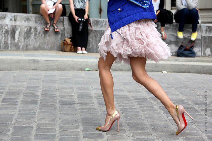 Легкая, многослойная юбка с лодочками смотрится еще изящнее.