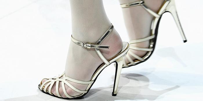 Слишком летняя обувь с колготками смотрится неэстетично.