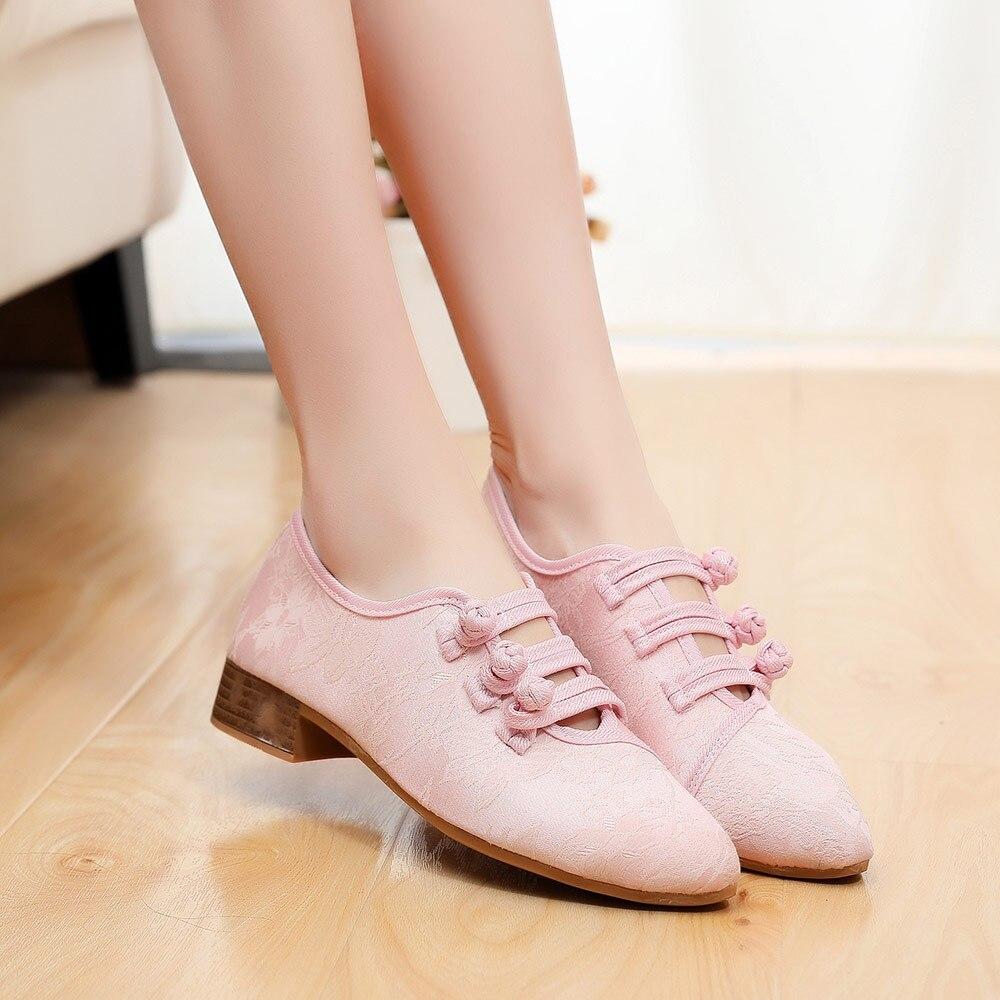 Тканевые дерби выглядят женственно и прекрасно подчеркивают стройность ног.