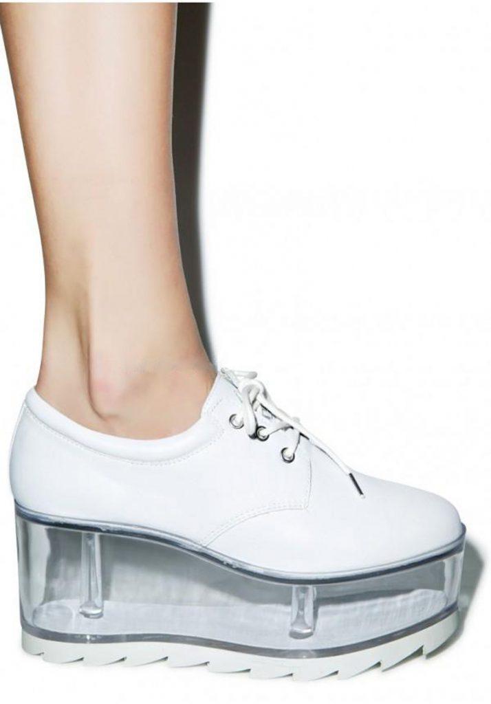 Белые ботинки на прозрачной платформе – универсальная модная пара.