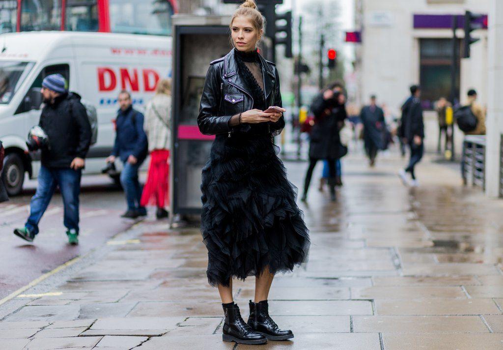 Смелое сочетание: фатиновая юбка и ботинки.